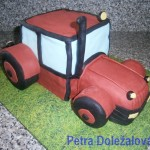 červený traktor
