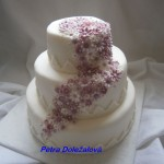 Svatební s fialkovými kvítky