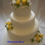 Bílý s jedlou krajkou a žluté růže